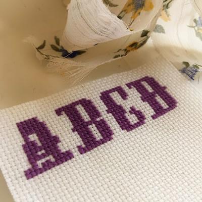 フリーチャート☆オシャレな飾り風アルファベット図案・大文字と数字付き♪